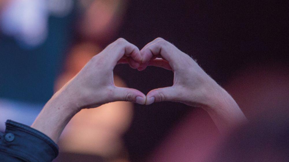 Ett hjärta format med händerna_A heart shaped by two hands